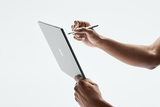 """صورة لـ Surface Book 2 يتم عقدها في وضع """"الكمبيوتر اللوحي""""."""