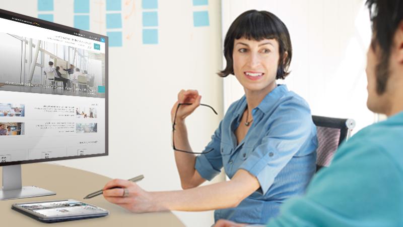 أعضاء الفريق يستخدمون موقع اتصالات SharePoint على كمبيوتر لوحي وسطح المكتب