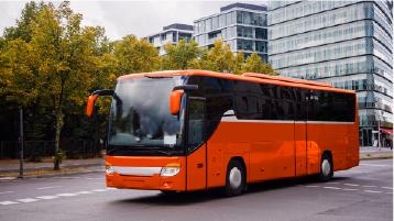 حافلة سياحية حمراء