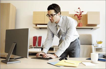 صورة لرجل يعمل على جهاز كمبيوتر.