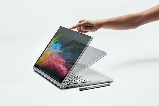 """صورة طريقة عرض جانبية لشاشة Surface Book 2 يتم فتحها في وضع """"استوديو""""."""