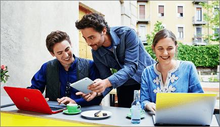 صورة لثلاثة أشخاص يعملون على أجهزة كمبيوتر محمولة.