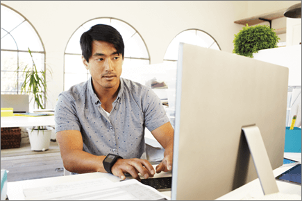 صورة لرجل يعمل على جهاز كمبيوتر