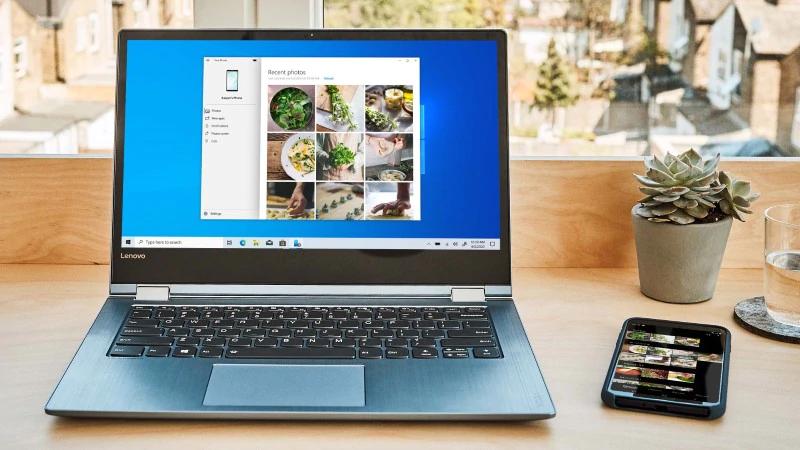 صورة لهاتف محمول بجانب جهاز كمبيوتر