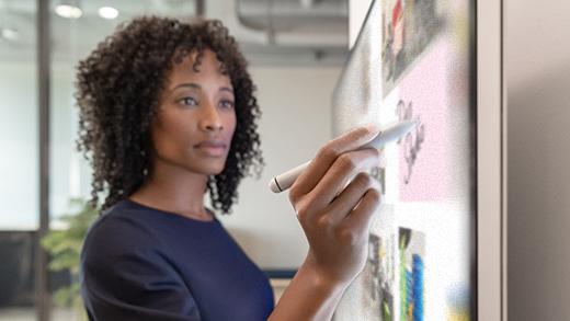يظهر سيده تكتب في Microsoft Whiteboard بقلم Surface Hub 2 على Surface Hub 2S.