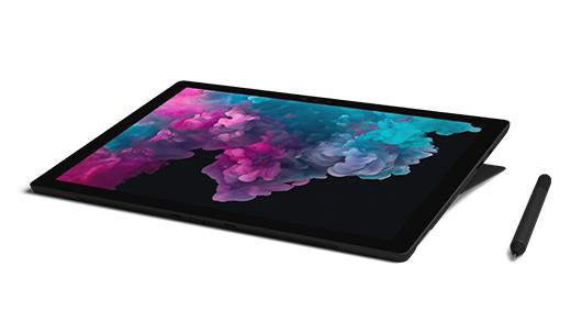 صورة لـ Surface Pro 6 في وضع الاستوديو مع قلم Surface بجانبه