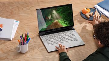 طفل صغير يلعب على جهاز كمبيوتر على Xbox Game Pass