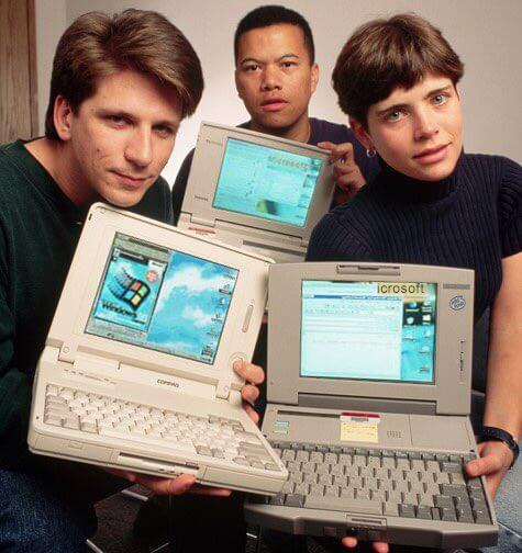 حدث Twitter Takeover مع لورا مع جهاز كمبيوتر في عام 1995