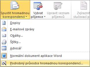 Ve Wordu na kartě korespondence zvolte Spustit hromadnou korespondenci a pak zvolte krok za krokem Průvodce hromadnou korespondencí