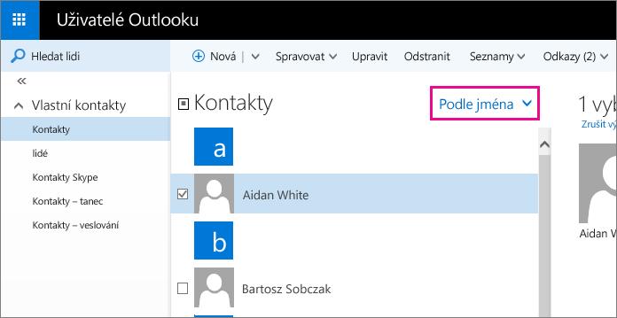 Snímek obrazovky se stránkou Lidé v Outlooku, na které je v prostředním podokně popisek nabídky filtru Popisek zobrazuje výchozí název nabídky: Podle jména.
