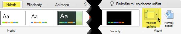 Tlačítko velikost snímku je na panelu nástrojů úplně vpravo na kartě Návrh.