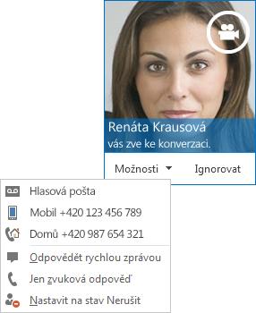 Snímek obrazovky s upozorněním na audiovizuální volání s obrázkem kontaktu v horním rohu
