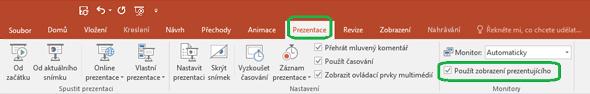 Možnost Zobrazení prezentujícího se ovládá pomocí zaškrtávacího políčka na kartě Prezentace na pásu karet v PowerPointu.