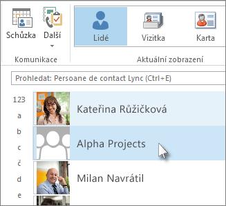 Poklikáním na skupinu kontaktů zobrazíte jména