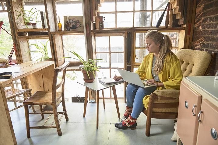 fotka ženy, která píše nápady na papíře