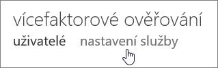 Stránka vícefaktorového ověřování, ruka ukazuje na odkaz na nastavení služby