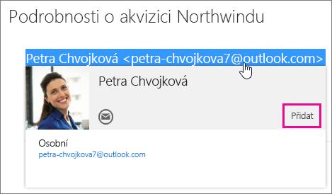 Snímek obrazovky s částí e-mailové zprávy na stránce Outlook Pošta Zvýrazněný odesílatel zprávy a zobrazení karty kontaktu příjemce Na kartě kontaktu je popisek příkazu Přidat.