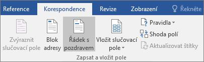 Při používání hromadné korespondence ve Wordu zvolte Řádek s pozdravem na kartě Korespondence ve skupině Zapsat a vložit pole.