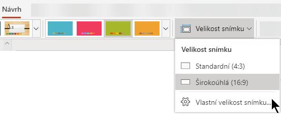 Možnosti velikosti snímku se v PowerPointu Online nacházejí poblíž pravého konce karty Návrh na pásu karet.