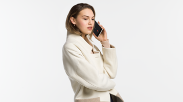 Žena, která volá na zařízení Surface Duo