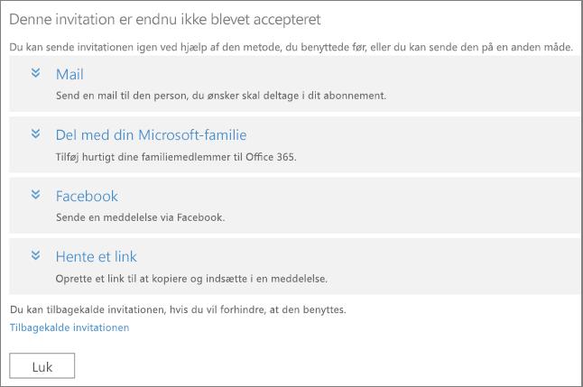 Dialogboksen for en afventende invitation med indstillinger til at sende linket igen via mail, Microsoft-familie, Facebook eller tilpasset link, og et link til at tilbagekalde invitationen.
