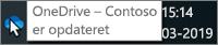 Et skærmbillede, der viser markøren kredse over det blå OneDrive-ikon på proceslinjen med teksten OneDrive – Contoso.