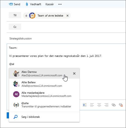 Skærmbillede af dialogboksen Ny mail i Outlook, der viser en @omtale i meddelelsens tekst.