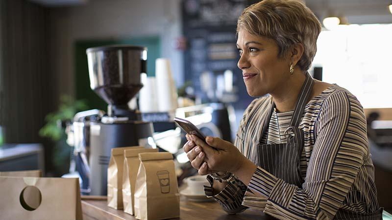 En kvinde med en smartphone