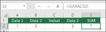 I eksemplet vises en SUM-formel, der automatisk udvides fra =SUM(A2:C2) til =SUM(A2:D2), når der indsættes en kolonne