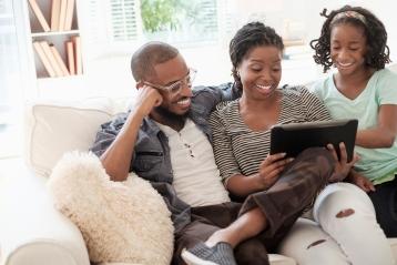 En familie, der kigger på en PC sammen