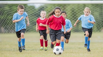 billede af børn på en sportshold, der spiller på en turn