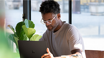 Mand, der kigger på en bærbar computer