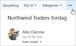 Et skærmbillede af knappen Flere kommandoer på menulinjen i Outlook.