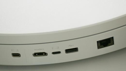 Viser computerhylsteret på Surface Hub 2S med Ethernet, HDMI, DisplayPort, USB-C og USB-A.