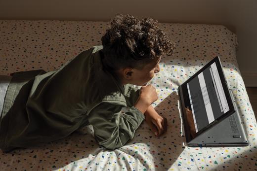 En mellemskoledreng læser en webside med Forenklet læser i Microsoft Edge.