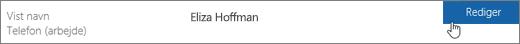 Nærbillede af Visningsnavn-række med en hånd, der peger på knappen Rediger.