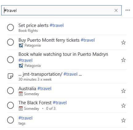 #Travel wurde in die Suchleiste eingegeben, und es wird eine Liste aller Aufgaben mit dem Tag #Travel darunter angezeigt.