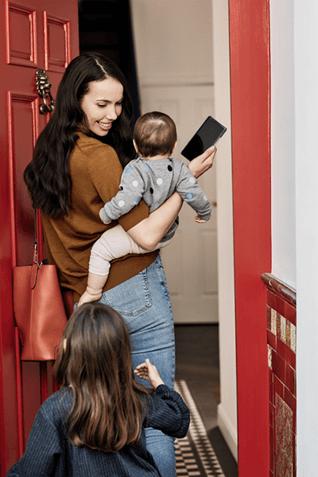Ein Bild einer Familie, die in ein Zuhause eintritt.