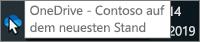 """Screenshot, der den Cursor beim Zeigen auf das blaue OneDrive-Symbol auf der Taskleiste mit dem Text """"OneDrive – Contoso"""" darstellt."""