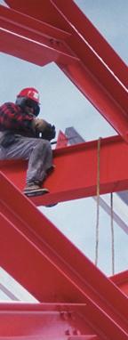 Bauarbeiter sitzt auf einem Balken