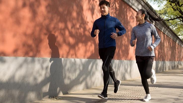 Foto von zwei Personen, die draußen joggen