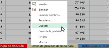 Hoja de cálculo en el fondo y menú contextual en el que el comando Duplicar está seleccionado