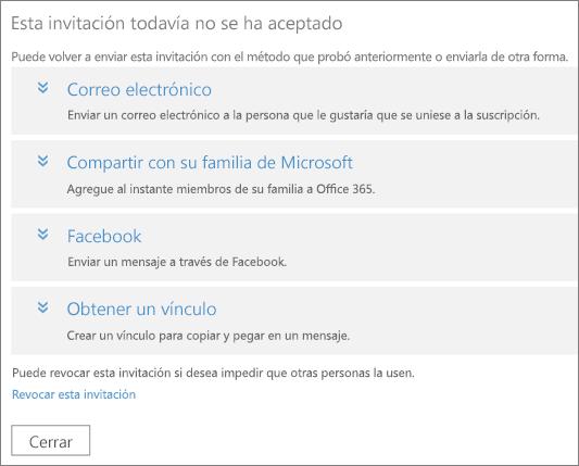 El cuadro de diálogo de una invitación pendiente, con opciones para volver a enviar el vínculo por correo electrónico, Microsoft Family, Facebook o vínculo personalizado, y un vínculo para revocar la invitación.
