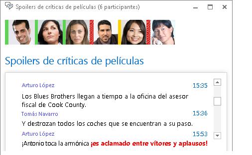 Captura de pantalla de la ventana del salón de chat que muestra la nueva entrada con fuente de color rojo en negrita y un emoticono agregado