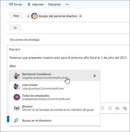 Captura de pantalla del cuadro de diálogo Nuevo correo electrónico de Outlook en la que se muestra una @mención en el texto del mensaje.