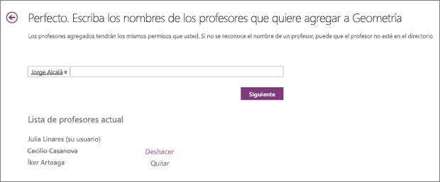 Se agregó un nombre de profesor colaborador y se quitó otro del bloc de notas de clase. El nombre quitado está tachado con una línea.