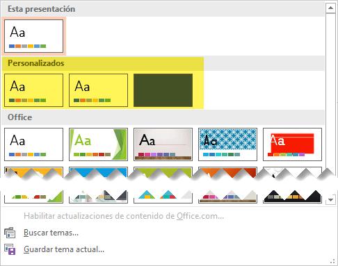 En la pestaña diseño, las plantillas personalizadas están disponibles para elegir en la sección personalizado de la Galería de temas