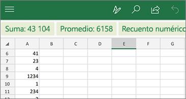 Hoja de cálculo con funciones comunes disponibles encima de la fila de encabezados de columna.