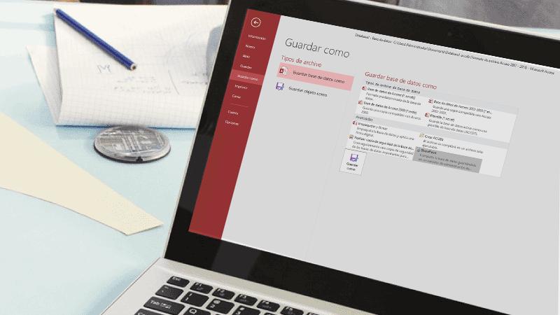 Un portátil en cuya pantalla se ve una base de datos de Access que se está guardando.