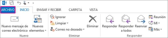 Este es el aspecto de la cinta de opciones de escritorio de Outlook.